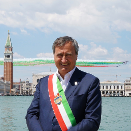 Questa immagine ha l'attributo alt vuoto; il nome del file è scrigno-del-doge-foto-sindaco-di-venezia-venezia-luigi-brugnaro.png